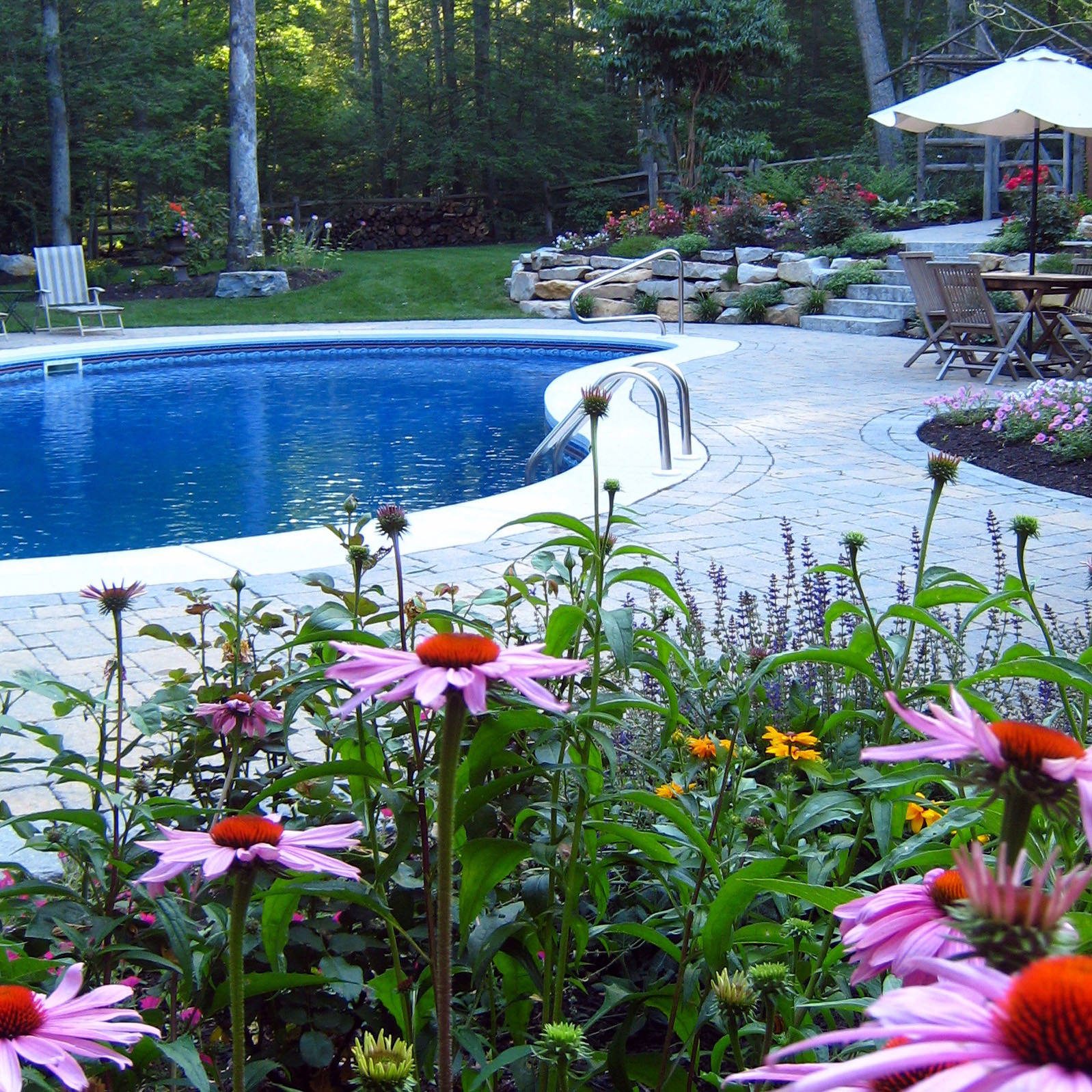 With over 20 years of experience, MasterPLAN is able to create beautiful outdoor living spaces to complement all types of landscapes.